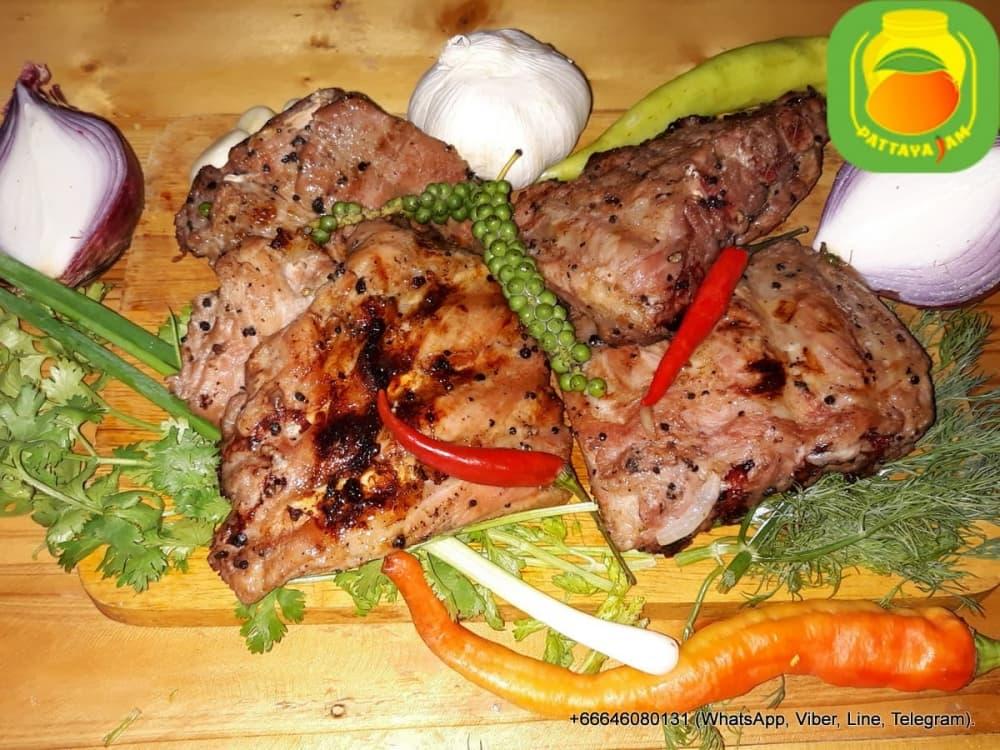 BBQ Шашлык из свиных рёбер, приготовлен на углях.