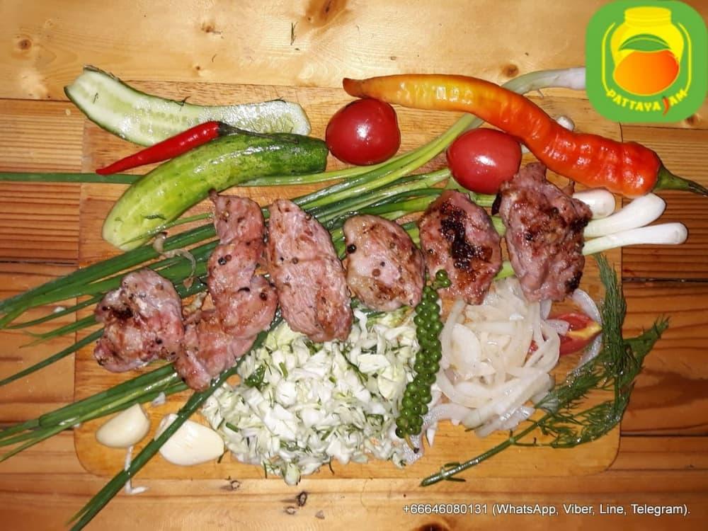 BBQ Свиной шашлык, приготовлен на углях.