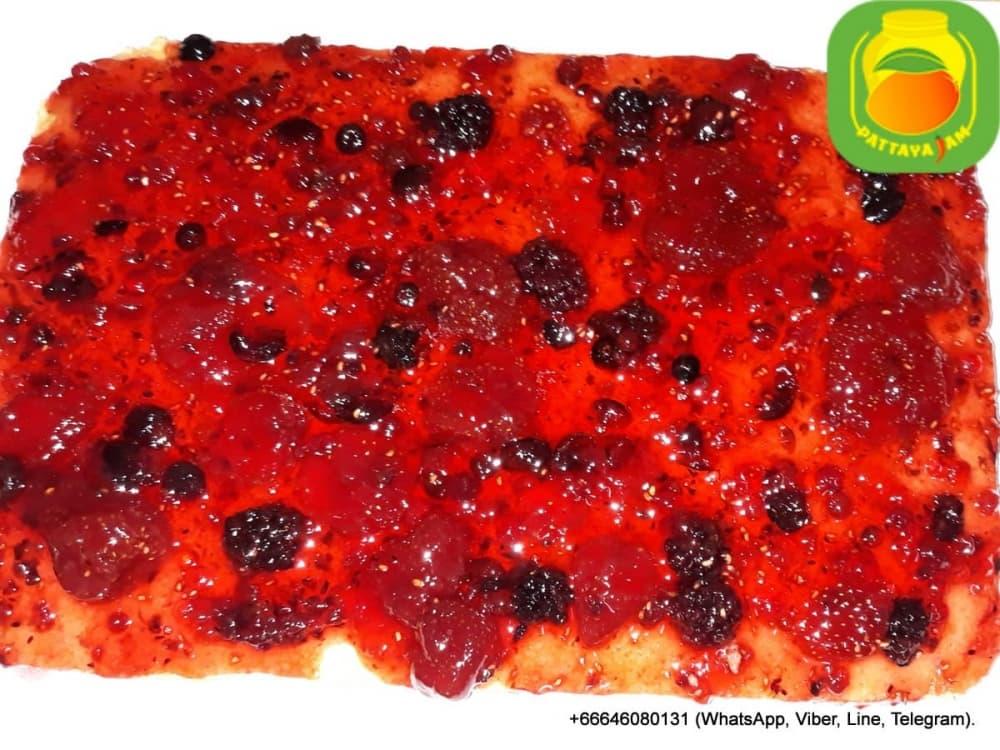 Бисквитный торт с ягодным ассорти повидлом.
