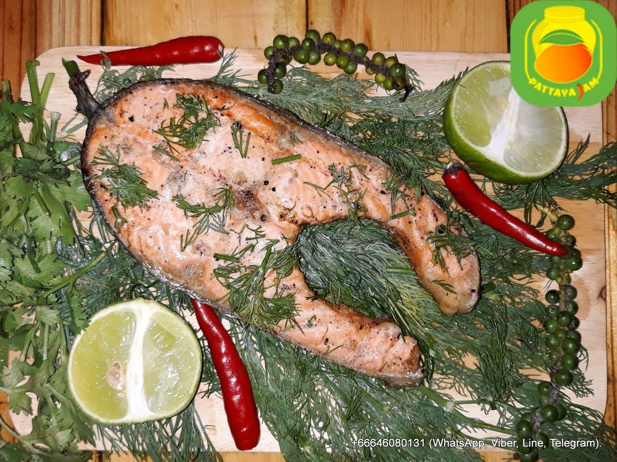 BBQ Рыбный стейк из семги на гриле.