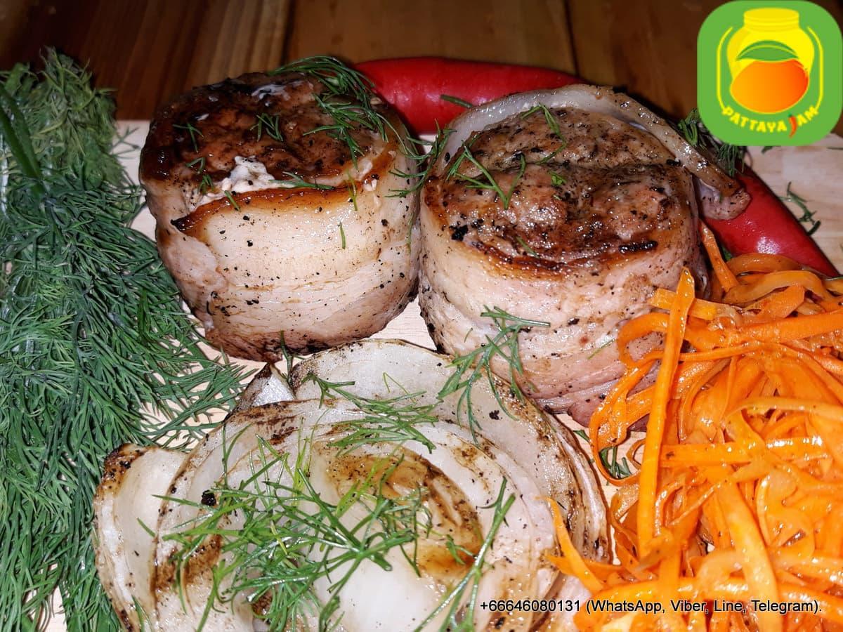 Митболы - кусочек сыра в свинном фарше, обёрнутый беконом, обжаренный на углях.