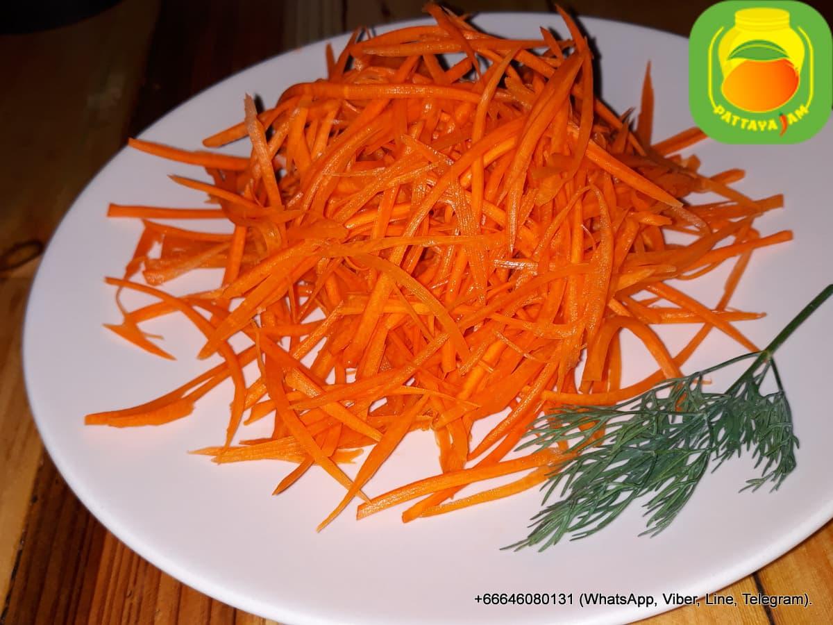 Свежая морковь - нарезка.